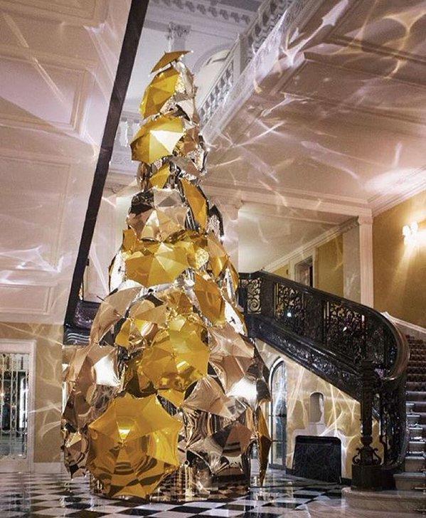 Bradul de Craciun realizat din o suta de umbrele aurii a fost dezvaluit publicului