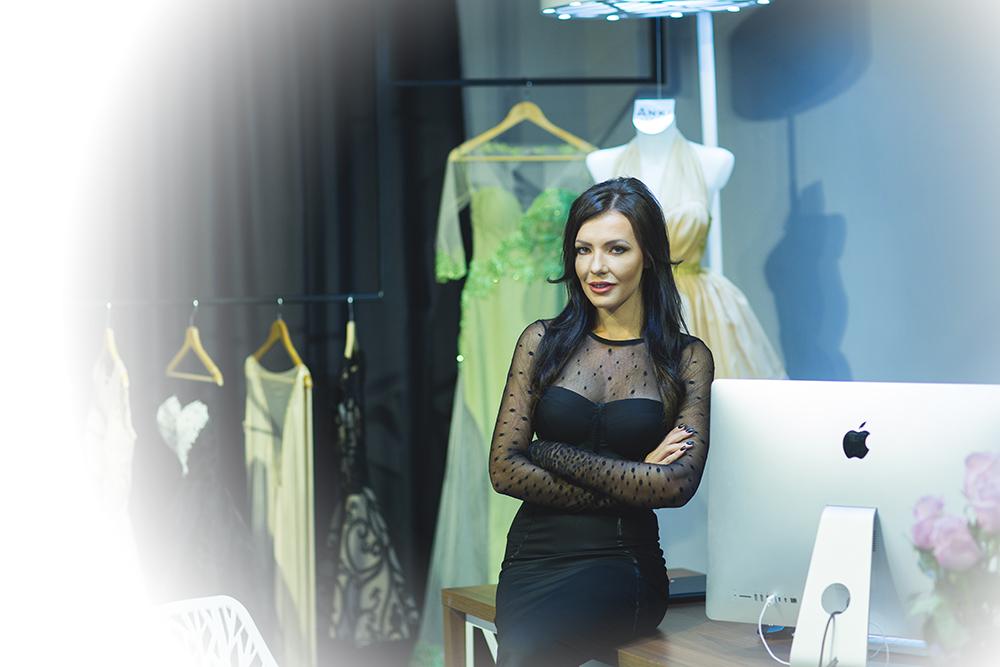 Împrospătează-ți garderoba cu ținute diafane, brodate manual  în atelierul Anki Permoda