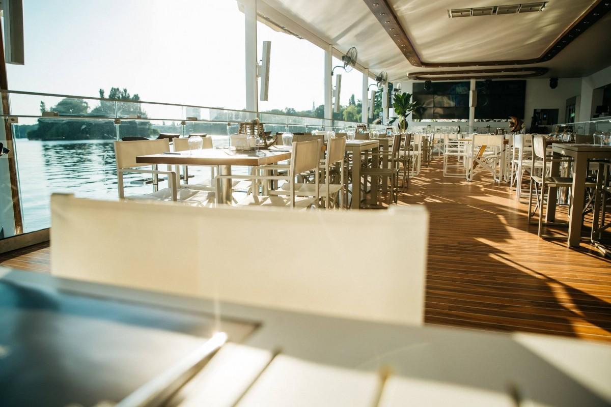 Cel mai luxos Yacht ancorat pe malul Lacului Herăstrău